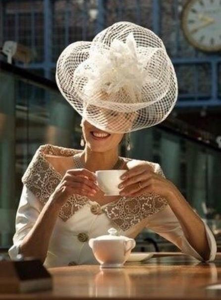 Пышущая здоровьем, красотой и просто привлекательная дама шла по улице, когда к ней подошла нищенка, просившая денег
