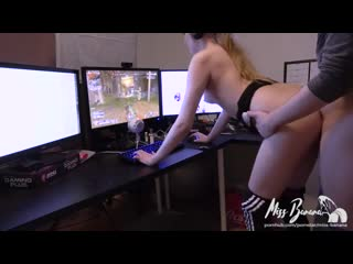 Miss Banana tries to play Apex Legends - Porno sex anal webcam solo toy