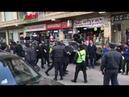 Polis MSK nın qarşsındakı insanları həbs edir