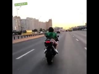 Девушка в платье катается на мотоцикле
