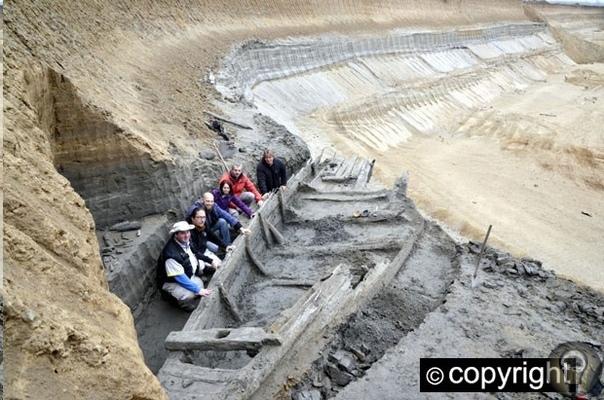 В Сербии археологи под землей обнаружили целый флот кораблей В сербском археологическом парке «Виминациум» обнаружили погребенный под землей флот из старинных деревянных кораблей. Отмечается,
