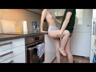 Брат поймал сводную Сестру на кухне и кончил внутрь Makissse [порно, секс, трахает, русское, инцест, мамка, домашнее]