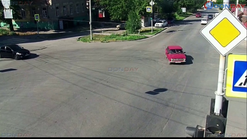 Donday В Новочеркасске БМВ выехал на встречку и протаранил Мазду