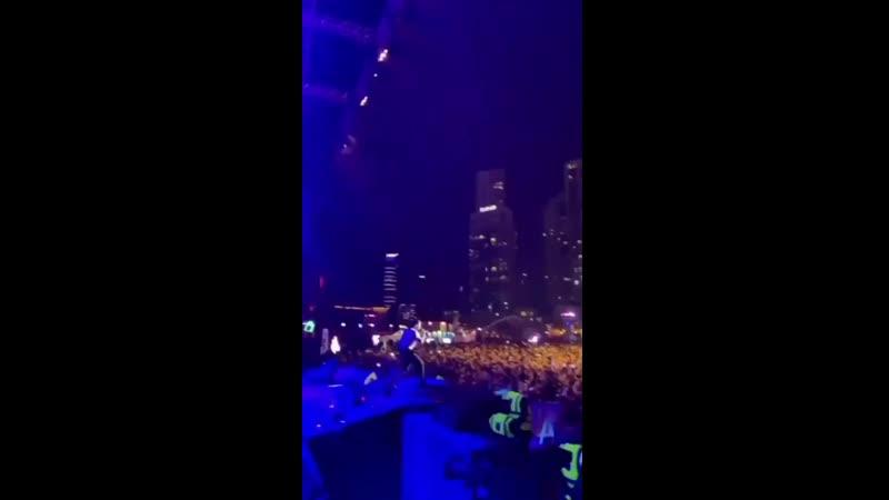 3 Liam subió este video a su IG storie cantando LiveForever en el Dubái Shopping Festival el día de hoy NECESITO VERLO EN VIVOOO