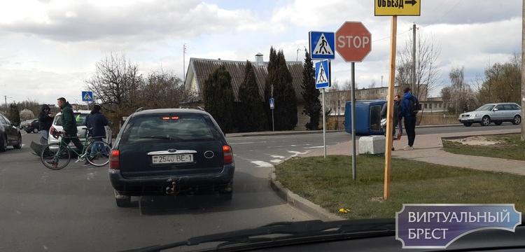 В г. Берёза на перекрёстке из-за столкновения лёг на бок автомобиль