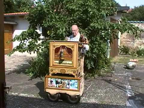 Egerländer Musikantenmarsch by Ernst Mosch. Es spielt, Drehorgel Horst, crank organ grinder