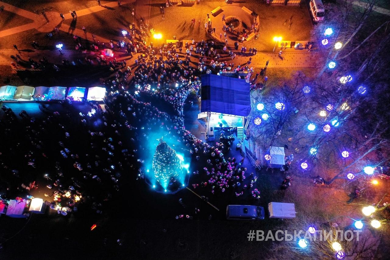 Состоялось открытие новогодней ёлки Ленинского района на ул. Набережной Ф.Скорины