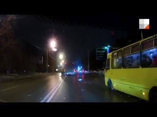 Из-за гололёда на Комсомольской развернуло автобус