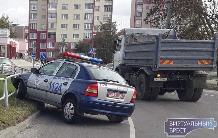 В Барановичах автомобиль милиции столкнулся с ограждением