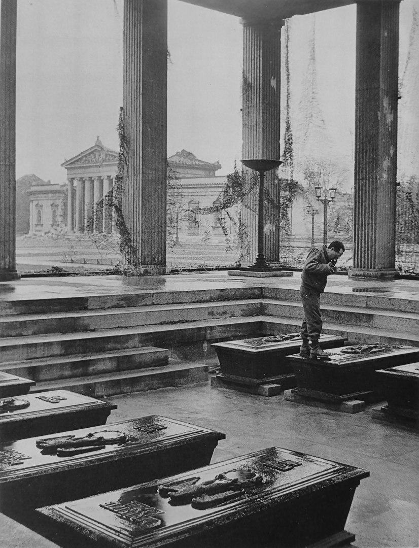 Американский военный фотограф Дэвид Шерман снимает саркофаги в «Почетном храме». Мюнхен, Бавария.