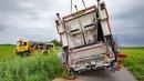 BERGING : Vrachtwagen zakt weg in de berm (Volvo FE) 🚛👷🏻