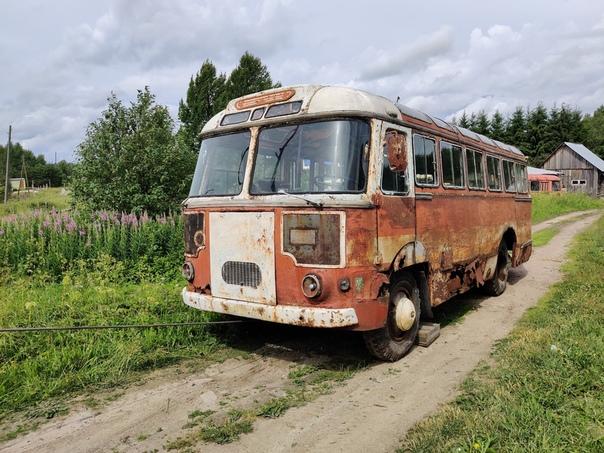 ТЕПЕРЬ ИХ ПЯТЕРО    Друзья, сенсация!   На днях, наконец, завершилась трёхлетняя 'Операция 652'. Перед вами - пятый и наиболее ранний из известных уцелевших автобусов ПАЗ-652. Выпущенный во втором квартале 1963 года, он считался переходным от базовой модели 652 к модификации 652Б. Машина работала в Карельской ССР, в начале 90-х попала к частному перевозчику, который эксплуатировал её на внутрирайоннных маршрутах до 2003 (!) года.   Машина неоднократно подвергалась кустарному ремонту, в ходе одного из которых поверх гофрированных листов боковой обшивки были наварены гладкие борта. Уникальность находки ещё и в том, что этот автобус имеет документы нового образца, что делает возможным поставить его на учёт после восстановления.   Впервые мы увидели случайную фотографию, на которой просматривались очертания кузова старинного ПАЗа, сделанную в глухой карельской деревне, что называется, in the middle of nowhere, весной 2016 года. Летом 2017-го была предпринята экспедиция, в результате которой нашли автобус и его хозяев. А дальше - долгих три года переговоров! В июне 2020-го в ходе второй экспедиции автобус откопали и подняли из глины, в которой он глубоко завяз, и, наконец, в минувший вторник погрузили и доставили находку в Санкт-Петербург.   Спасибо всем, кто участвовал в этой операции, всем, кто сохранял молчание, когда так хотелось поделиться открытием, и всем, кто поддерживал нас! Благодаря вам будет сохранён редчайший экземпляр раннего Пазика 652 - первого автобуса малого класса отечественной разработки с несущей конструкцией кузова, машины, являющейся знаковой для истории автобусостроения в России.