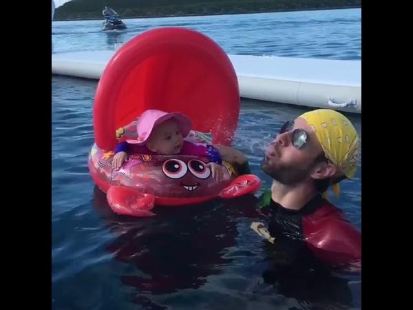 Энрике Иглесиас купается с дочерью Люси