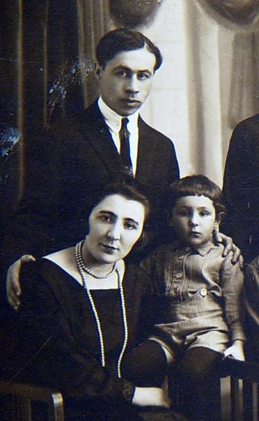 Эрнст Неизвестный (справа) с родителями. 1920-е. Фото из архива ХМЭН.