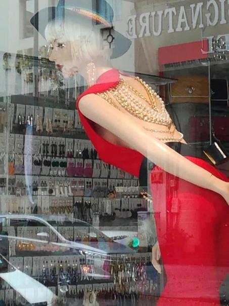 Во Вьетнаме, как и во всей почти Азии, мода на гламур Пайетки, стразы, кружавчики, меха, оборочки, гипюр, золоченость везде, где только можно - все то, от чего большинство белых женщин с
