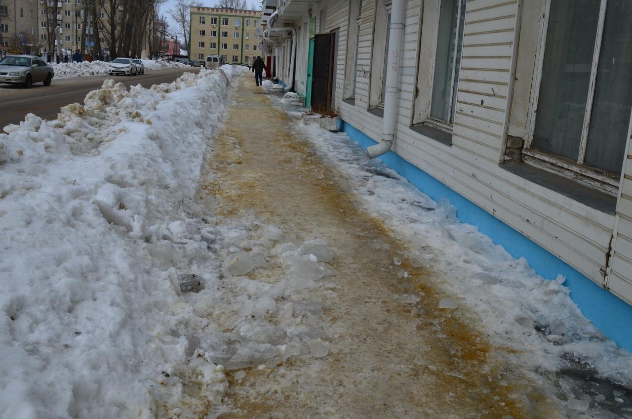 На тротуарах Петровска — сугробы и лёд