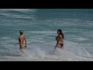 Paulinho Vilhena, Carolina Dieckmann, Preta Gil, Fernandinha Paes Leme e Júlia Faria na praia