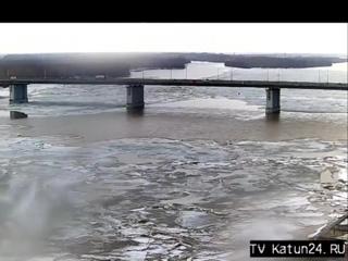 Веб-камеры К24 Обь выталкивает лед на берег