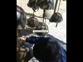 Азерский ребенок с улыбкой на лице играется со шлемом погибшего армянского солдата.