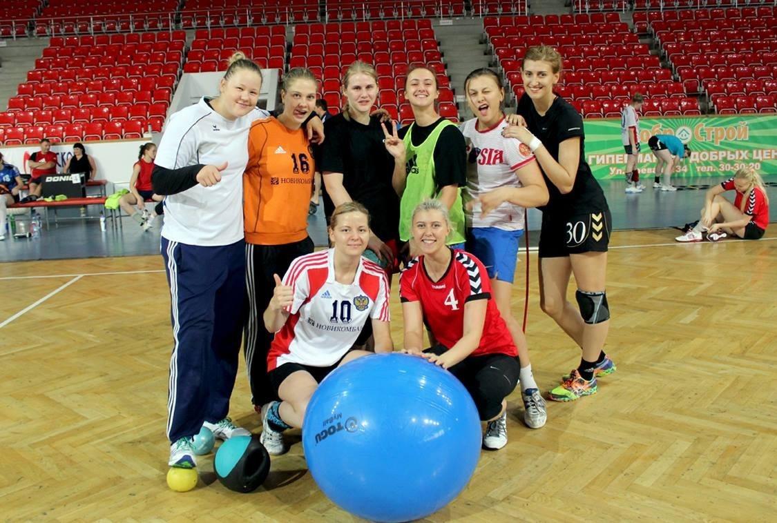 Гандболистки сборной России 1994 г.р. Эвелина Аношкина вторая слева в верхнем ряду