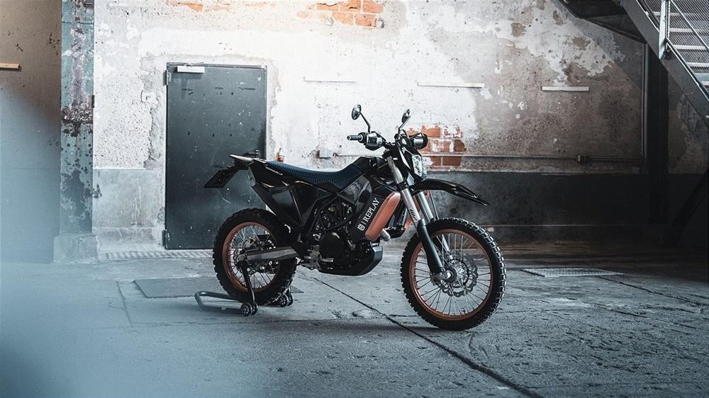 Мотоциклы Husqvarna  Limited Edition в честь партнёрства REPLAY