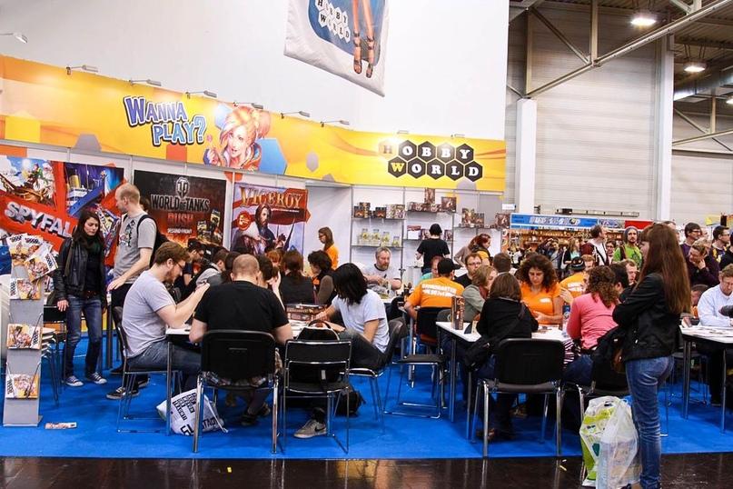 Essen Spiel в 2014 году. Наш стенд прокачался до большого пространства с игровой зоной и гейммастерами. Настольные игры «Наместник» (Viceroy) и «Находка для шпиона» (Spyfall) произвели настоящий фурор.