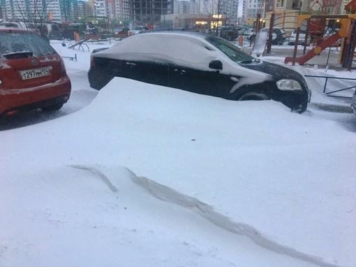 Лавинная лопата, как необходимая вещь в автомобиле жителей Урала и Сибири, когда даже в октябре машина может быть заметенной снегом.
