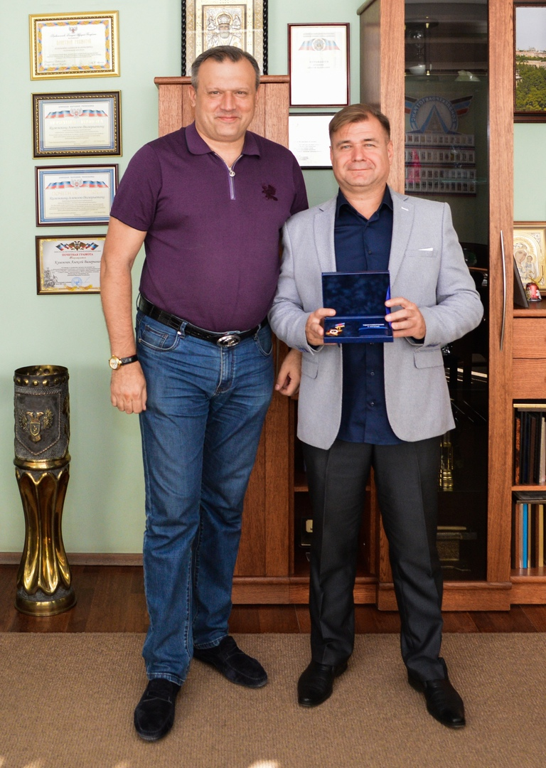 Алексей Кулемзин вручил нагрудный знак дирижёру детского духового оркестра