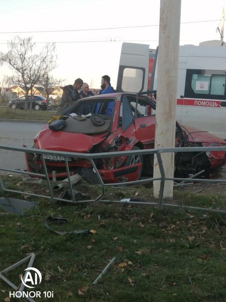 На проспекте Мира  автомобиль врезался в столб. По...