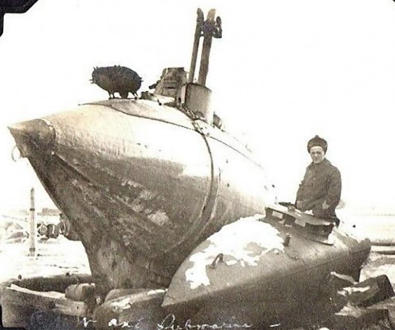 Подводные лодки конструкции лейт. А.С. Боткина (слева) и С.К. Джевецкого, на территории Военного порта Владивостока, январь 1920 года