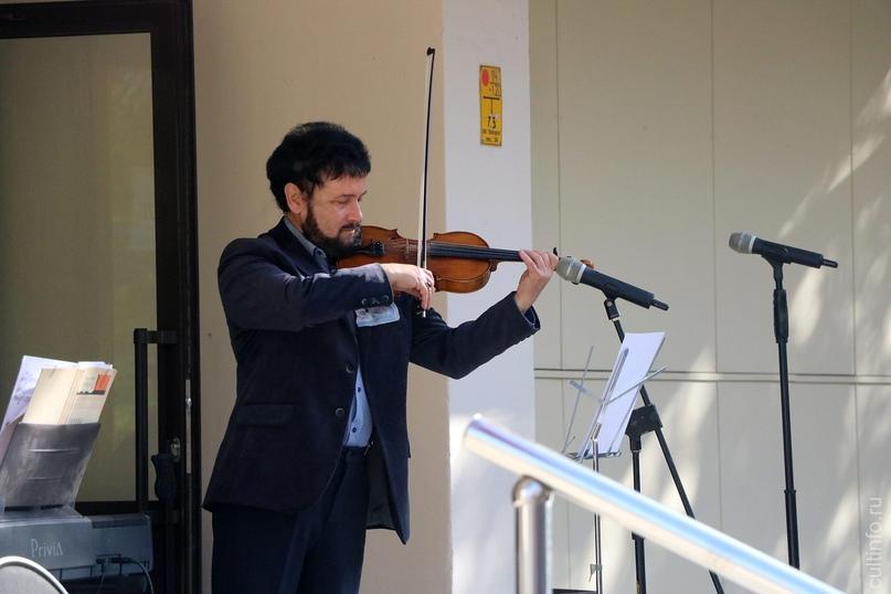 День музыки и День пожилого человека отметили концертом под открытым небом студе...