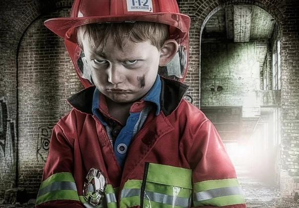 Сашка-пожарник Сашка. Пацан 5 лет. Вихрастый белесый чуб, голубые,как небо, глаза, энергия через край. Сашка везде, его много. Сашка- сын общаги, все его знают, все ему рады, то бегает