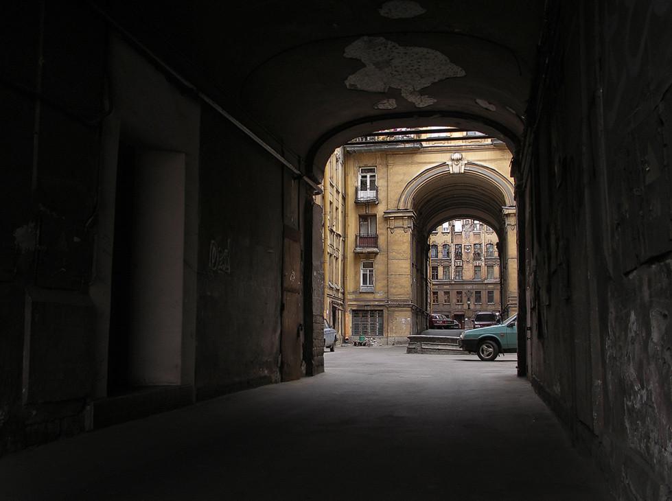 19-летнего насильника и вора, надругавшегося над девушкой в арке многоэтажки, «повязали» по горячим следам