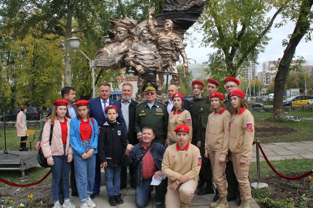На открытии памятника ВДВ