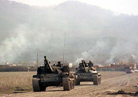 Т-62 внутренних войск. Передний танк имеет защиту башни гусеничными траками, второй – обычный Т-62.