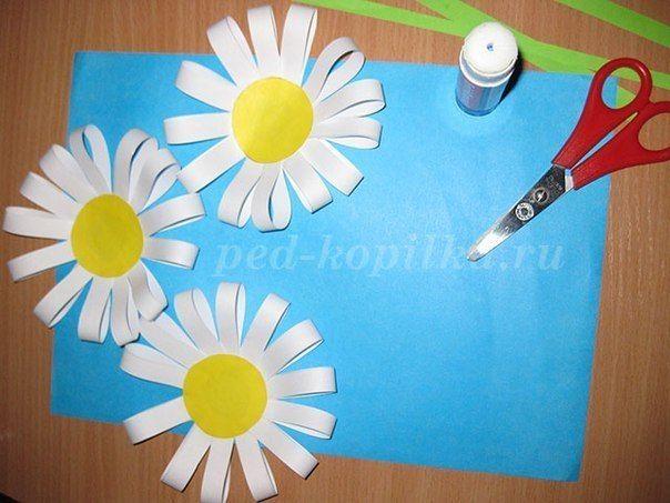 ПОДЕЛКА К 8 МАРТА: «РОМАШКИ» Для изготовления ромашек нам понадобятся:- цветная бумага;- белая бумага;- ножницы;- клей;- линейка;- простой карандаш.Пошаговый процесс изготовленияБерем белую